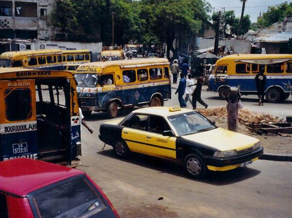 Taxi et cars rapides de transports à Dakar.
