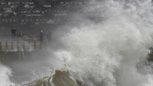 A tempestade Katie provocou ondas gigantes no Reino Unido