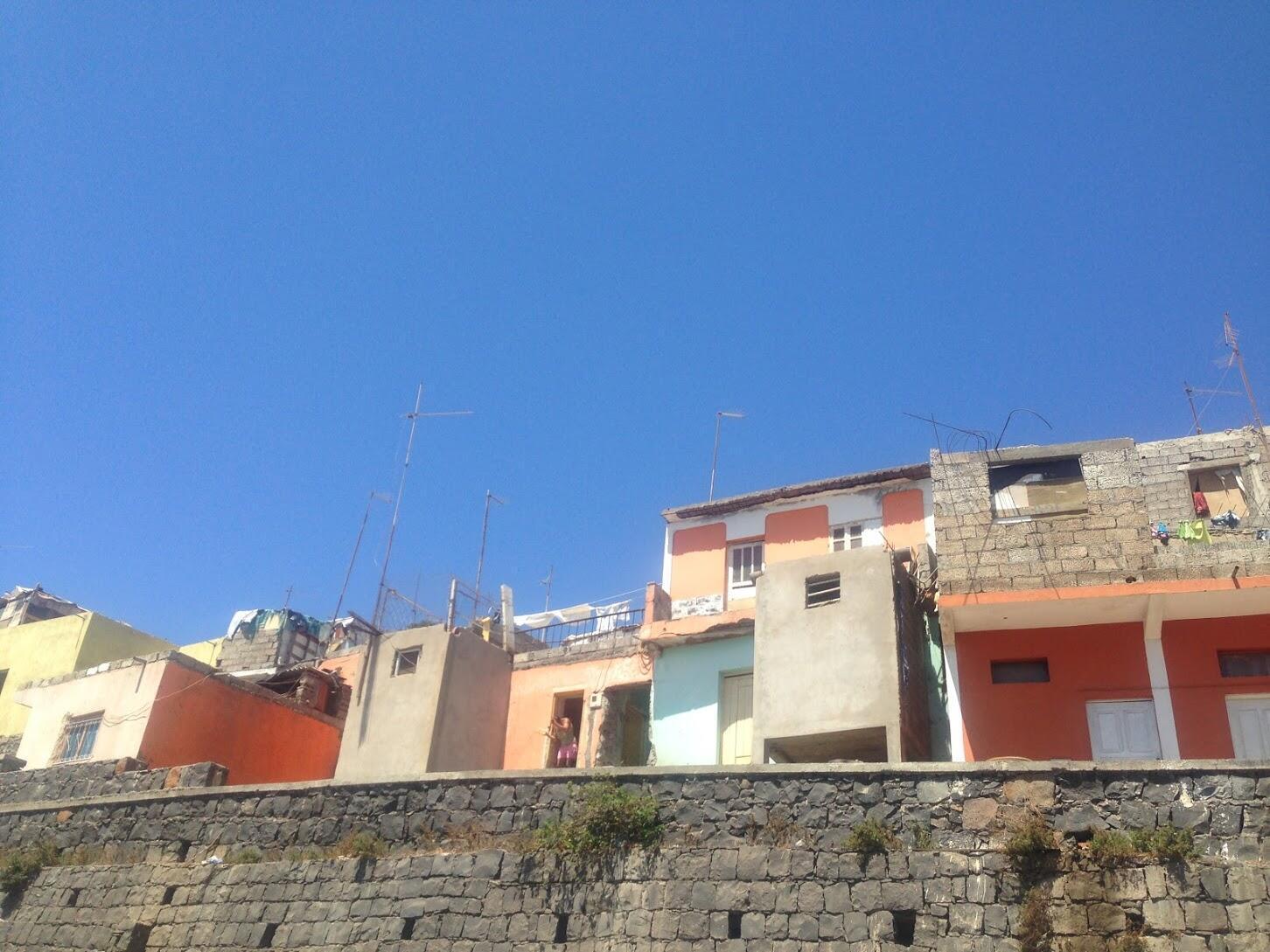 Cidade da Praia, Cabo Verde, que continua a viver com problemas sociais como habitação e pobreza extrema