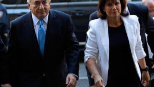 Ông Dominique Strauss-Kahn và bà Anne Sinclair cùng đến Tòa án Hình sự Manhattan, ngày 01/07/2011. Reuters /M.Segar