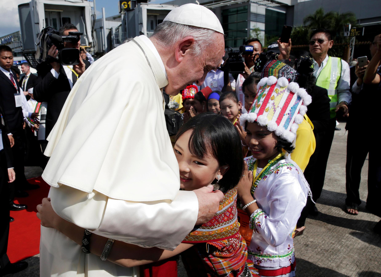 Đức giáo hoàng Phanxicô và các trẻ em Miến Điện tại phi trường quốc tế Răngun, ngày 27/11/2017.