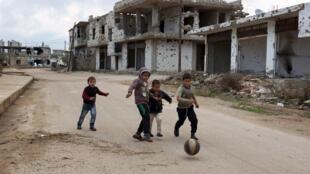 Niños sirios juegan en el feudo rebelde de Bosra al-Sham, Deraa. Febrero 23, 2016