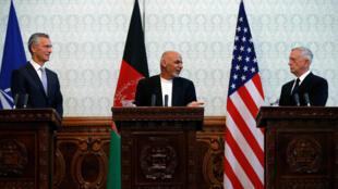 Tổng thống Afghanistan Ashraf Ghani (G), cùng bộ trưởng Quốc Phòng Mỹ James Mattis (P) và tư lệnh NATO Jens Stoltenberg họp báo tại Kabul, Afghanistan, 27/09/2017