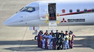 L'équipage du Mitsubishi Regional Jet (MRJ), forme un cercle avant l'envol de l'aéroport de Nagoya, le 11 novembre 2015.
