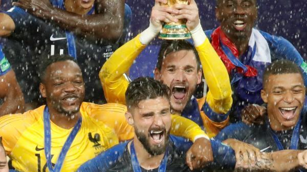 Steve Mandanda et Hugo Lloris (en jaune, de gauche à droite), vainqueurs de la Coupe du monde 2018 avec l'équipe de France de football.