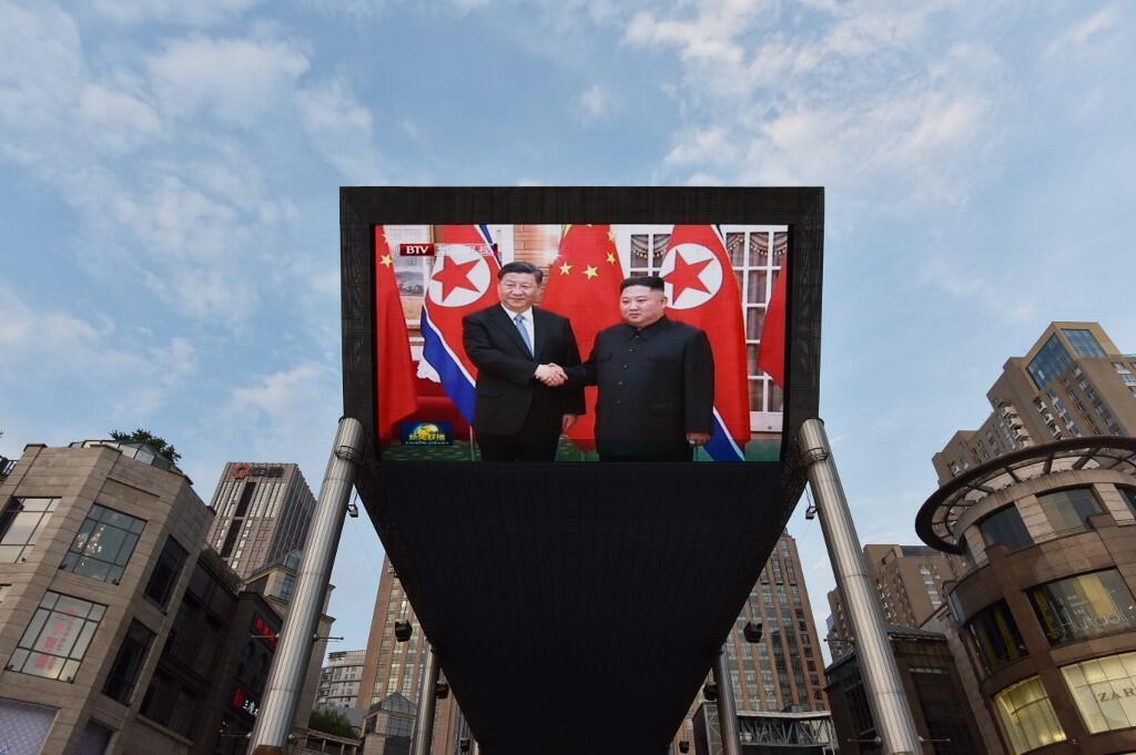 Một màn ảnh khổng lồ trên đường phố truyền đi hình ảnh Tập Cận Bình gặp Kim Jong Un, Bắc Kinh, 20/06/2019.
