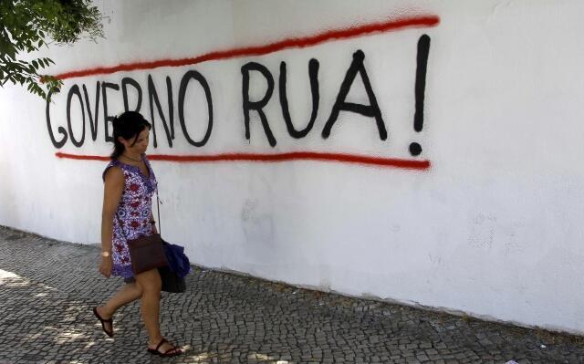 Mensagem em muro de Lisboa pede demissão do governo conservador nesta quarta-feira, 3 de julho de 2013.