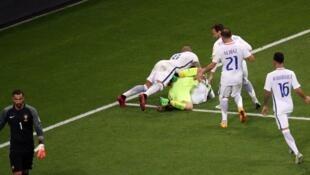 Grâce à leur gardien Claudio Bravo, les Chiliens se sont qualifiés pour la première finale de la coupe des Confédérations de leur histoire en battant le Portugal aux tirs au but.