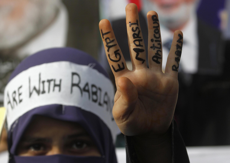 Paquistanês protesta em Karachi a favor do presidente deposto do Egito, Mohamed Mursi
