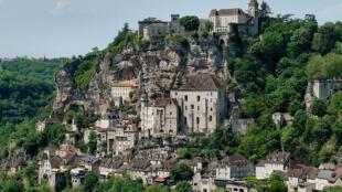 O vilarejo de Rocamadour com suas casas encravadas nas rochas,suas ruelas, e escadarias.