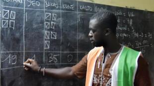 Des membres de la Commission électorale indépendante (CEI) comptent les voix lors des élections locales en Côte d'Ivoire, le 13 octobre 2018 à Abobo, près d'Abidjan ( Photos d'illustration).