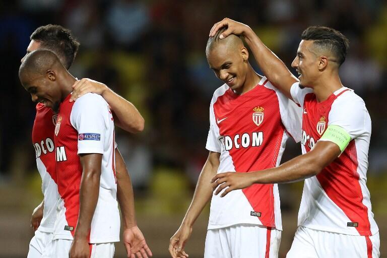 Fabinho é saudado por um companheiro de equipe após ter convertido um pênalti.