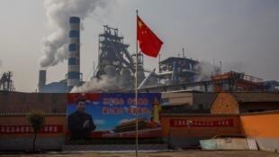 """中国河南鑫源钢铁公司门口的习近平""""不忘初心""""宣传画。"""