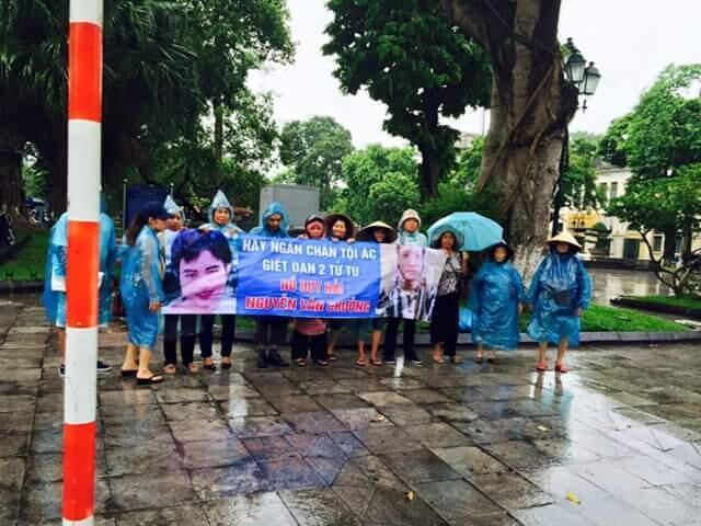 Một cuộc biểu tình tại Hà Nội phản đối thi hành án hai tử tù Hồ Duy Hải và Nguyễn Văn Chưởng. Ảnh : trangdanoan2012.blogspot.rf