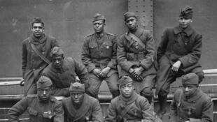 Surnommés les «Harlem Hellfighters», ces soldats noirs du 369e régiment d'infanterie, qui ne compte quelque 3 000 hommes, est  l'unité américaine qui a servi le plus longtemps pendant la Première Guerre mondiale et l'une des plus décorées.