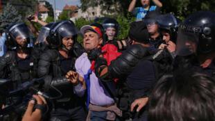 Des gendarmes retiennent un Roumain pendant un rassemblement contre la corruption devant le siège du gouvernement à Bucarest, le 10 août 2018.