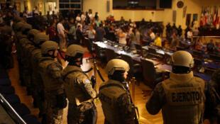 Des soldats à l'intérieur du Parlement du Salvador, le 9 février 2020.