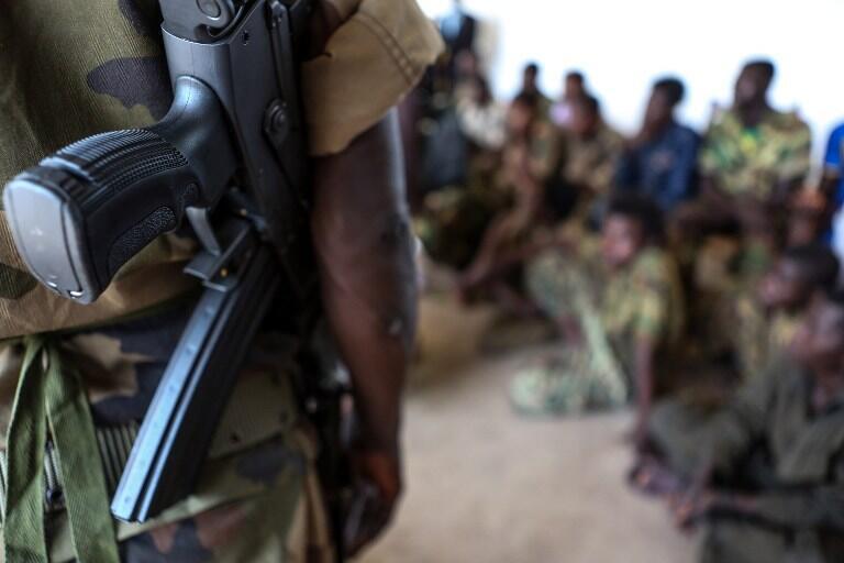 Le niveau de violence reste élevé en Centrafrique. Ici, un soldat encadre des enfants combattants libérés de plusieurs bandes armées.