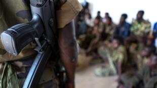 Um soldado fala com diversas crianças que combateram mas foram liberadas por diversos grupos armados.