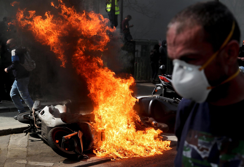 Cena de violência,na qual uma lambreta é incendiada,no decurso do acto XXIII dos  coletes amarelos em Paris. 20 de Abril de 2019