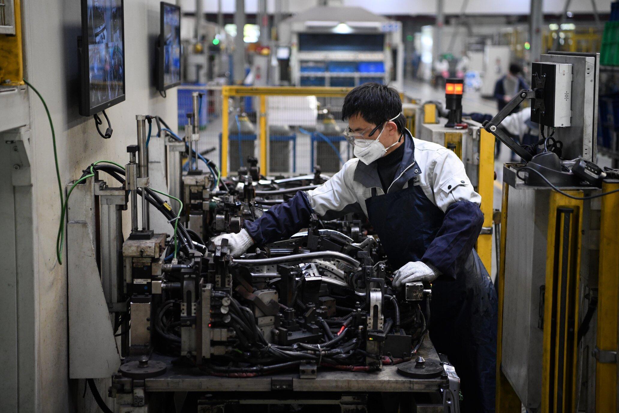 Un ouvrier chinois sur un site d'assemblage automobile à Shanghai, le 24 février 2020.
