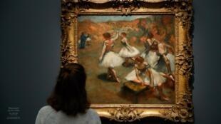 Картина «Танцовщицы на сцене» на выставке «Дега в опере» в парижском Музее Орсе