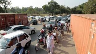 پلیس برای ممانعت از  ورود  معترضان به پایتخت،  از کامیونهای بزرگ استفاده کرد