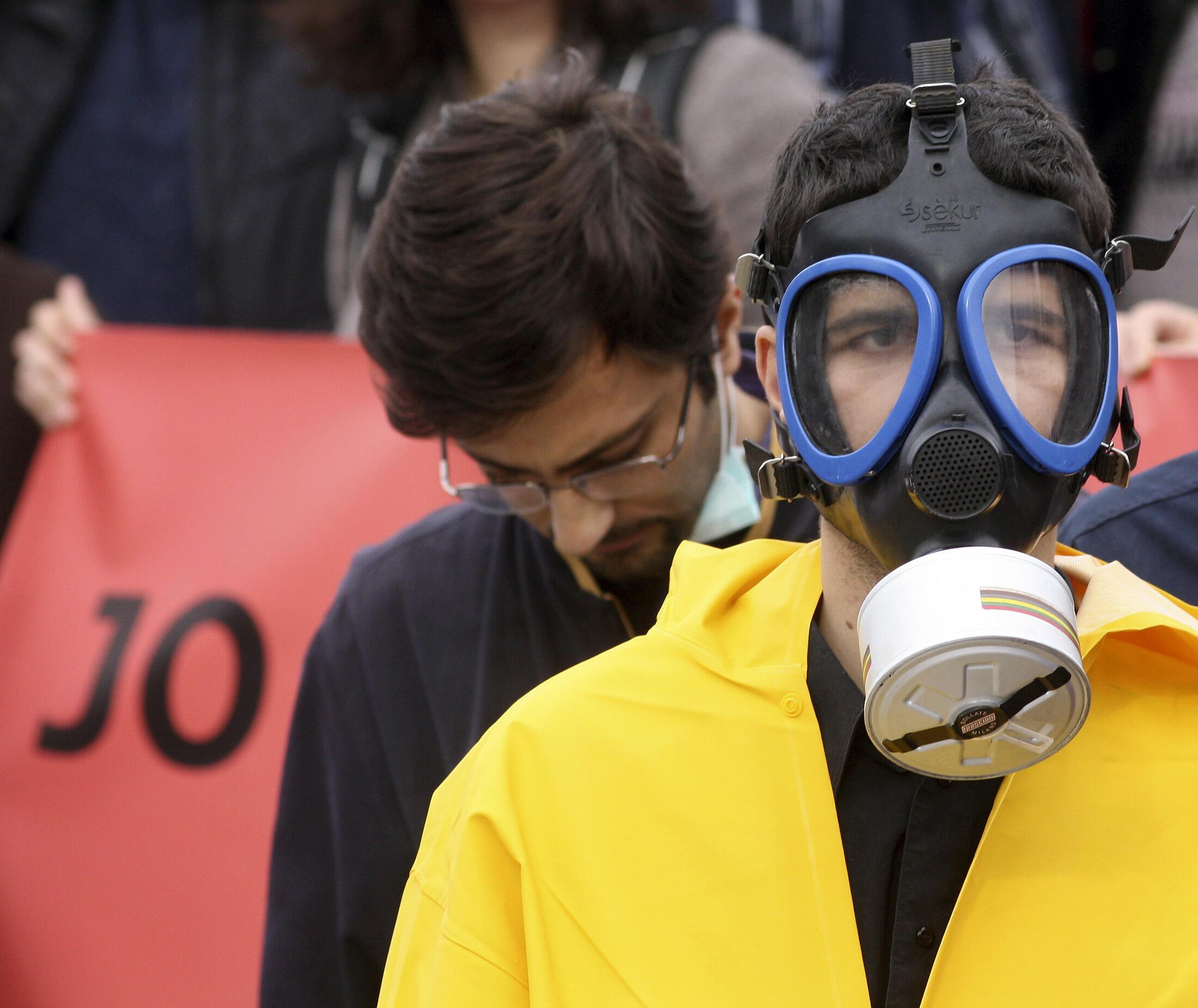 Des opposants albanais à la destruction des armes chimiques syriennes sur leur territoire. Après le refus du pays l'OIAC envisage une destruction en pleine mer.