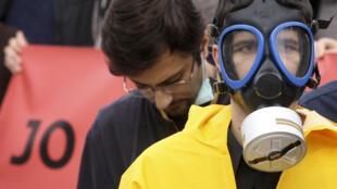 Des opposants albanais à la destruction des armes chimiques syriennes sur leur territoire. Après le refus du pays, l'OIAC envisagerait maintenant une destruction en pleine mer.