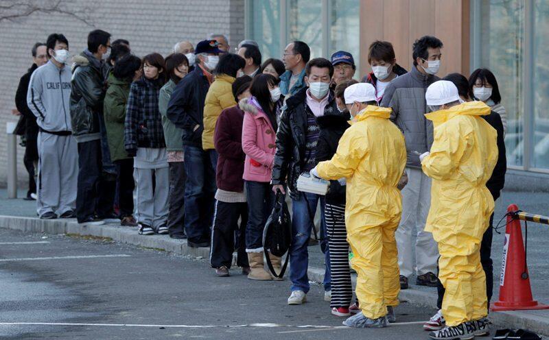 Técnicos avaliam nível de radiação de moradores da região de Fukushima.