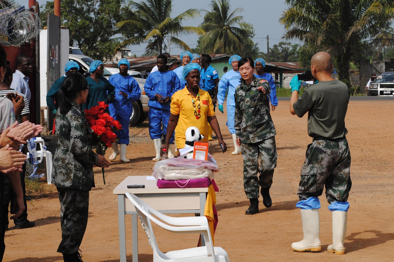 A última paciente do ebola na Libéria (de amarelo), atualmente curada, em Monrovia, no dia 5 de março.