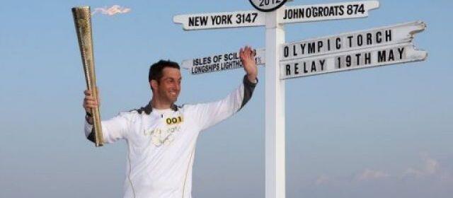Трехкратный олимпийский чемпион по парусному спорту Бен Эйнсли (Ben Ainslie) с олимпийским факелом 19 мая 2012.