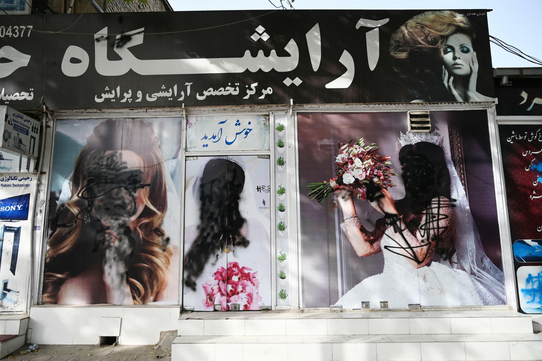 Imágenes de mujeres vandalizadas en un salón de belleza de Kabul el 18 de agosto de 2021, ya con los talibanes en el poder en Afganistán