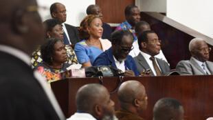Au premier rang, l'ex-Première dame de Côte d'Ivoire Simone Gbagbo, l'ex-Premier ministre Ake N'Gbo, le président du FPI Pascal Affi N'Guessan et le vice-président du FPI Aboudramane Sangare, à l'ouverture de leur procès à Abidjan, le 26 décembre 2014.