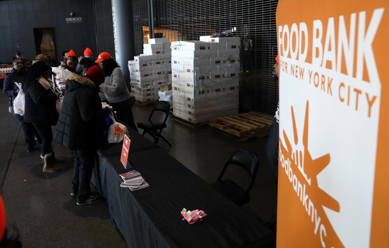"""Tình trạng """"shutdown"""" kéo dài, nhiều công chức Liên bang do không có lương, phải đến ăn tại một số cơ sở từ thiện."""