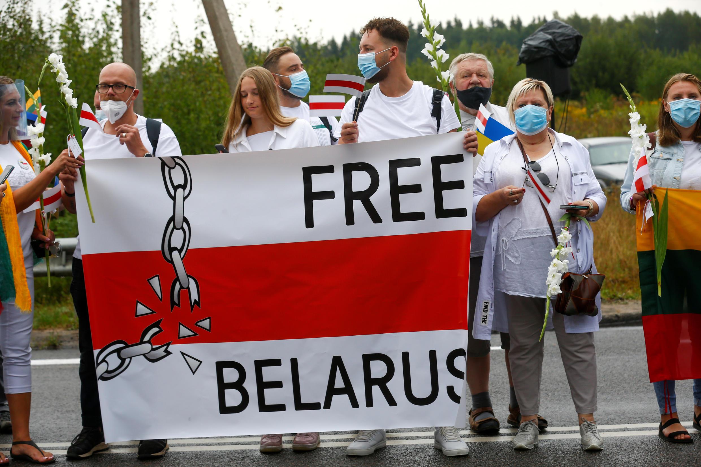 2020-08-23T170929Z_809648925_RC2TJI9O9Z1R_RTRMADP_3_BELARUS-ELECTION-LITHUANIA-CHAIN