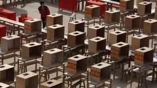 Các thùng phiếu đã sẵn sàng vào ngày 02/03/2012 cho cuộc bầu cử tại Ô Khảm.