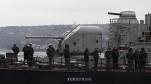 Sĩ quan và binh sĩ trên chiến hạm Ternopil bị buộc phải nằm lại trong cảng Sébastopol. Ảnh chụp ngày 11/3/2014.