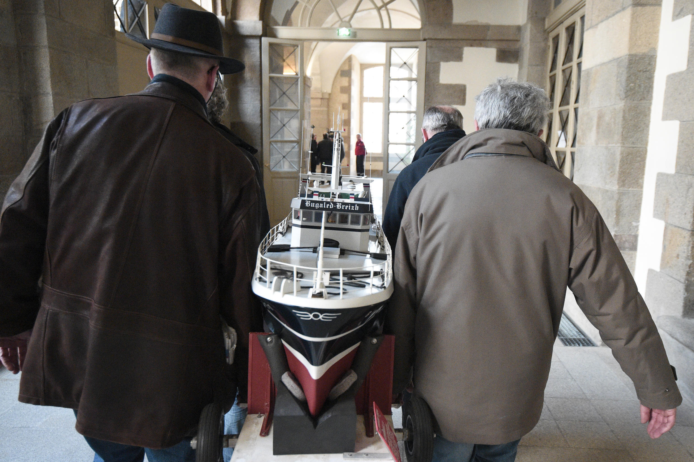 Des membres de l'association SOS Bugaled Breizh transportent la maquette du chalutier à la cour d'appel de Rennes, le 3 mars 2015.