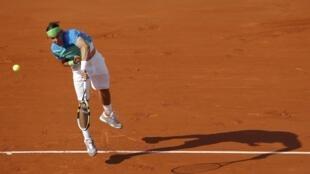 Rafael Nadal saca en su semifinal ante Jurgen Melzer de Austria.