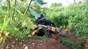 Un gendarme burkinabè à Ouagadougou près d'une position du RSP, au lendemain de la tentative de coup d'Etat, le 29 septembre 2015.