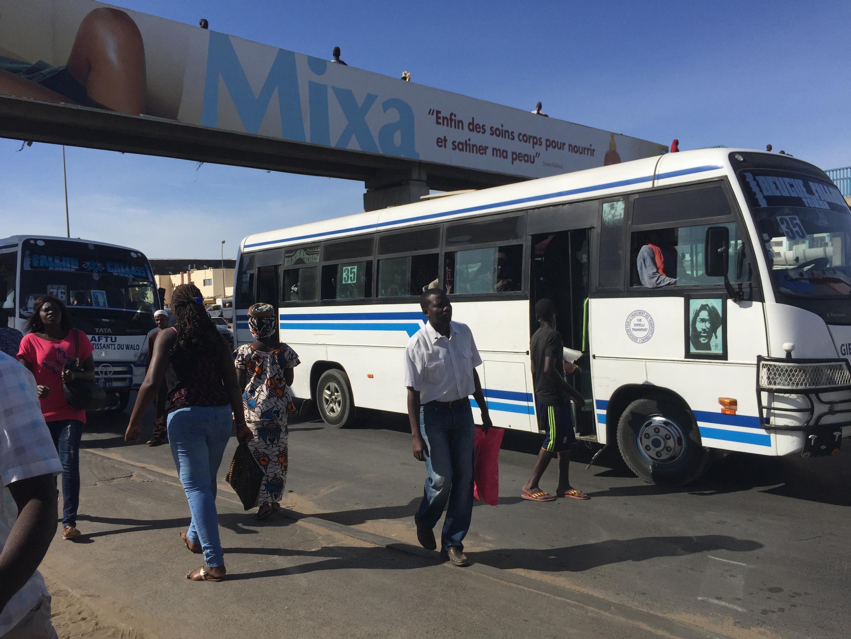 Bus sur l'autoroute de Dakar, Sénégal.