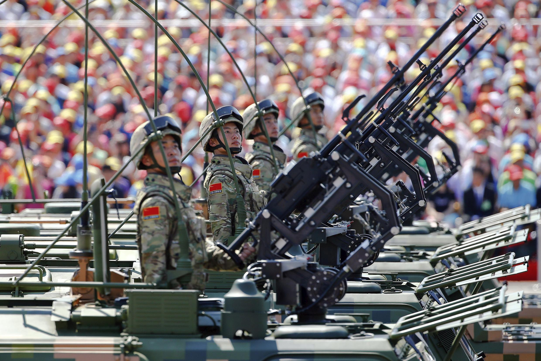 Soldados do Exército Popular da Libertação da China chegam à Praça Tiananmen, em Berlim, em 3 de setembro de 2015.