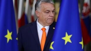 En Italie, le Premier ministre hongrois Viktor Orban joue l'équilibriste entre la droite et l'extrême droite européenne.