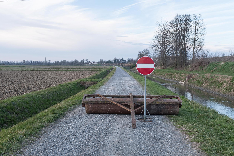 Biển cấm trên đường dẫn vào vùng đỏ ở San Fiorano, miền bắc nước Ý. Ảnh chụp ngày 08/03/2020