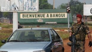 Un soldat français inspecte une voiture à l'aéroport Mpoko de Bangui