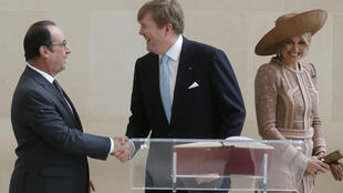 French President Francois Hollande (L) with King Willem Alexander and  Queen Maxima of the Netherlands