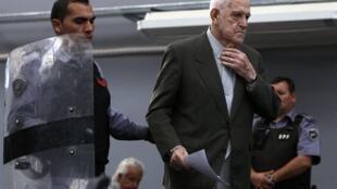 Ông Reynaldo Bignone đang được cảnh sát áp giải ra trước tòa án Buenos Aires ngày 20/4/2010.