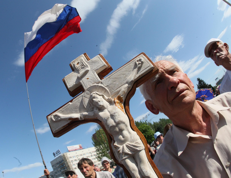 Drapeau russe et crucifix sont brandis à Donetsk, dans l'Est de l'Ukraine, le 24 mai 2014.