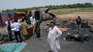 Local do incêndio depois de explosão do camião, a 25 de junho de 2017, no sul do Paquistão.